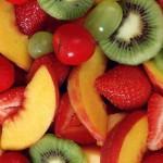 memotong buah